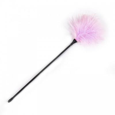 Розовый перьевой тиклер