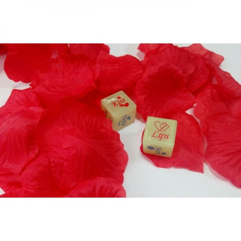Набор из алых лепестков роз и игральных светящийся кубиков