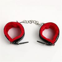 Черные наручники с красной меховой подкладкой