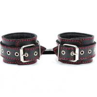 Кожаные наручники с металлическими заклепками и контрастной строчкой