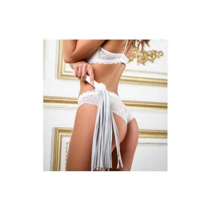Плеть из натуральной кожи белого цвета с меховым декором