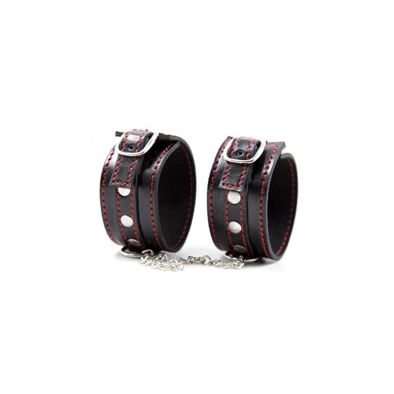Узкие наручники черного цвета с красной нитью